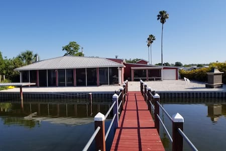 2 Bedroom Lakefront Home, 30 miles from Disney