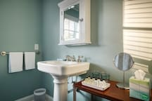 Chic, Spacious Carriage House steps from Emory