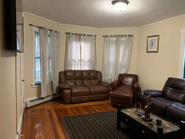 Spacious 4 Beds  & Mins to Downtown PVD & Colleges