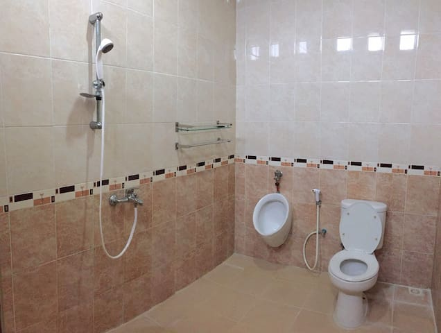 Kamar mandi dalam dari kamar tidur utama e. in-room bathroom of master bedroom