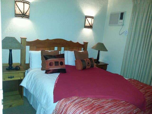 Second bedroom, queen bed, ensuite, cupboards, airconditioner, ceiling fan. queen bed
