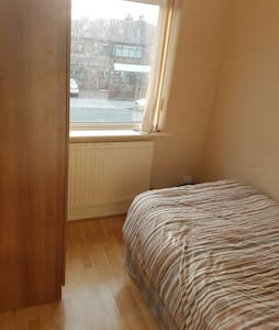 Spacious comfy single bedroom - Stockport
