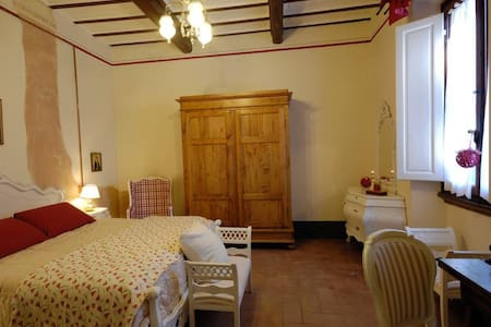 B&B Cimamori  in the hearth of Tuscany - Red Room - Poggibonsi