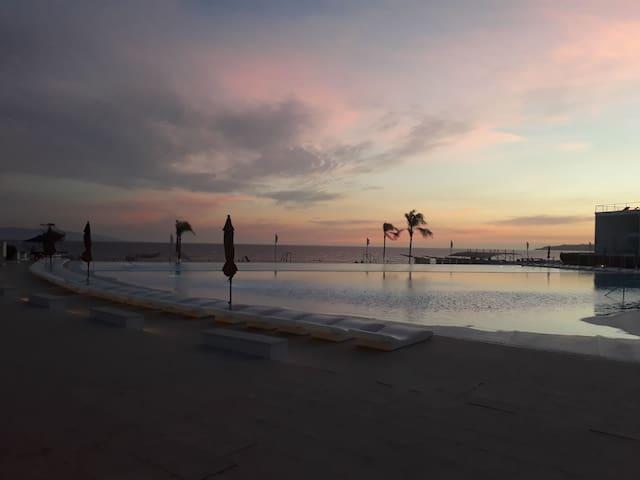 Studio Aria Ocean/Acqua Flamingos beachfront condo
