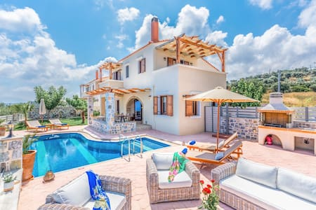 New Villa 4 Families or Couples w/Private Pool+BBQ