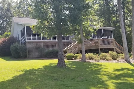 Lakefront beauty in excellent condition!