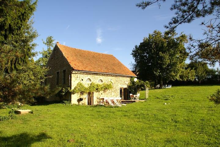 Acogedora casa de vacaciones en Saint-Germain-des-Champs con jardín