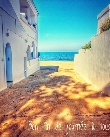 c'est au bout de cette ruelle là tout en face de la mer a gauche que vous devez tourner pour acceder a notre villa :)  c'est la 2em porte a gauche