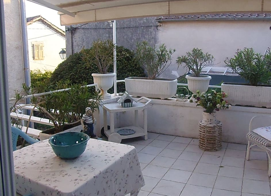 Il tavolo da pranzo sul terrazzo - The dining table on the terrace