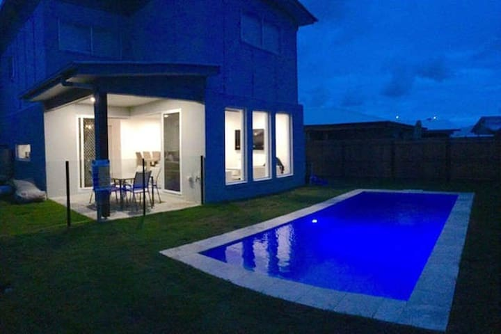 Room available in a MASSIVE Hampton style home - Caloundra West - Hus