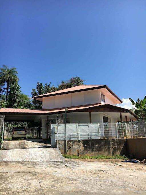 Villa avec piscine en hauteur d 39 une rue calme maisons for Location villa guyane piscine