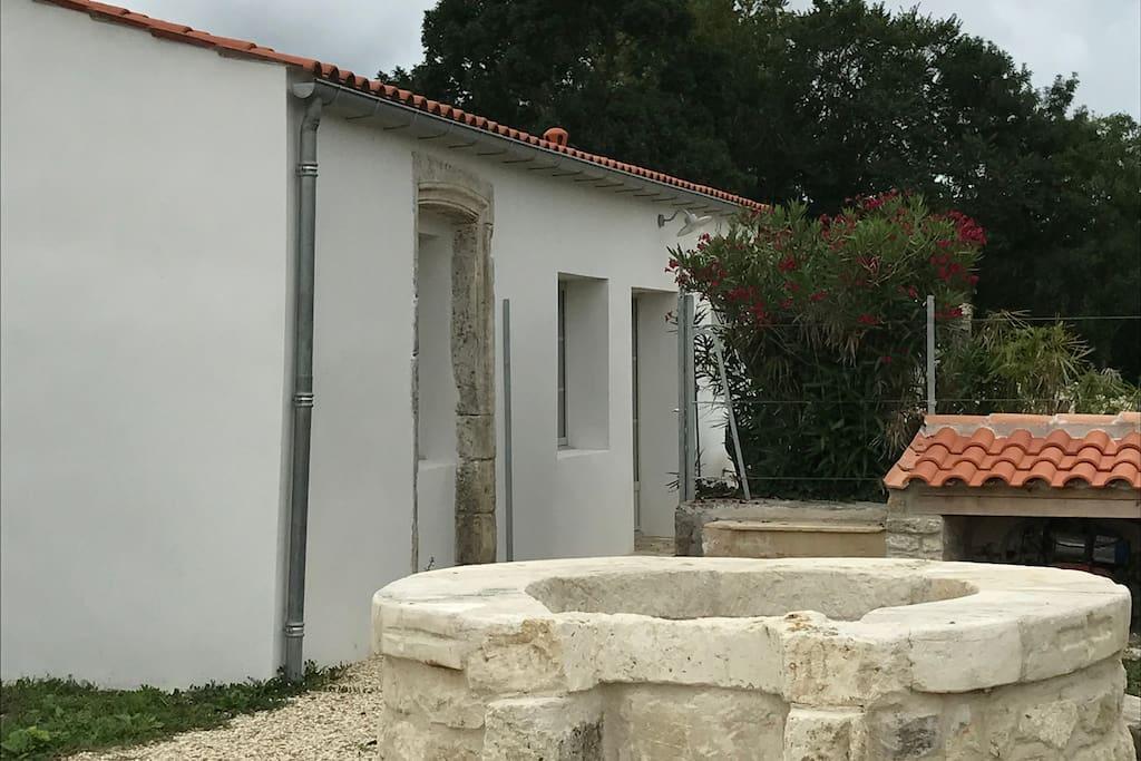 Vue extérieure depuis la cour avec son puits ( fermé par une grille !)