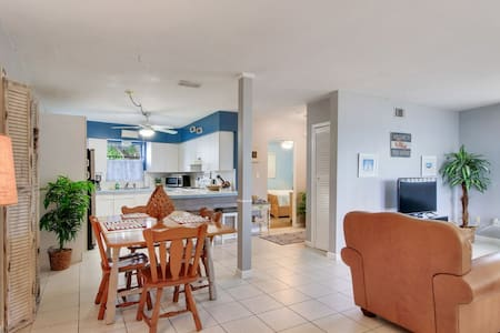 Fantastic 1 Bed 1 Bath Sleeps 4. A Cross from Caddys on the Beach
