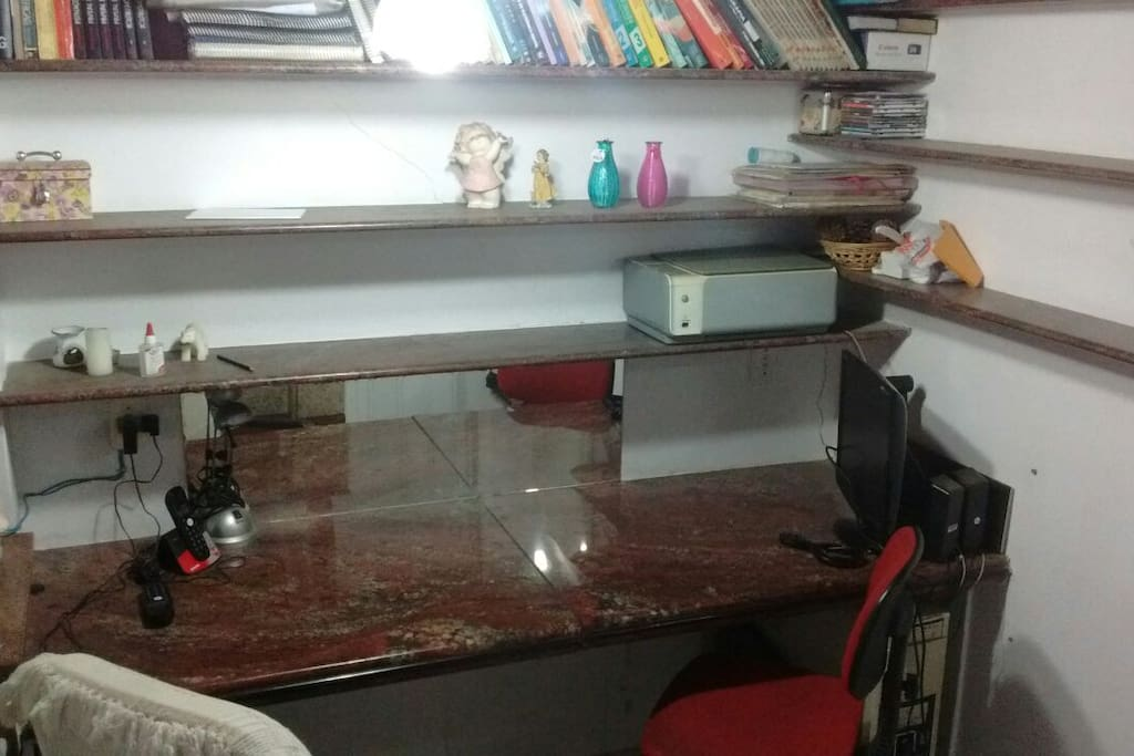 mesa com cerca de 2 m de comprimento.