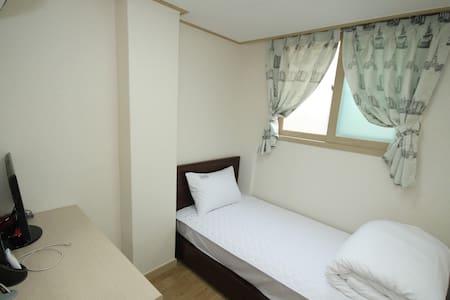 Single room w/private bathroom in Hongdae #4 - 西大門区 - アパート