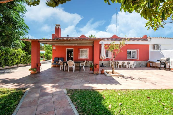 Gorgeous Villa in Chiclana de la Frontera with Pool