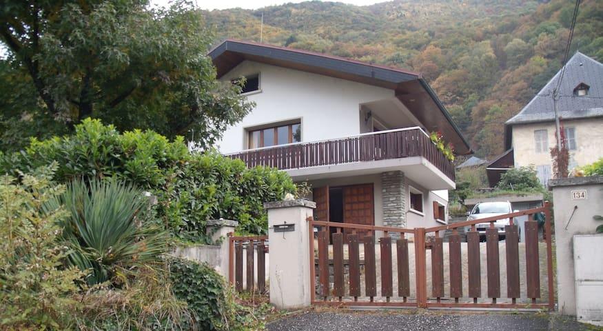 RDC d'une maison - Calme et spacieux avec jardin - La Bathie - House