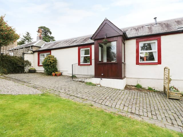 GARDEN COTTAGE, pet friendly, with a garden in Perth, Ref 984982