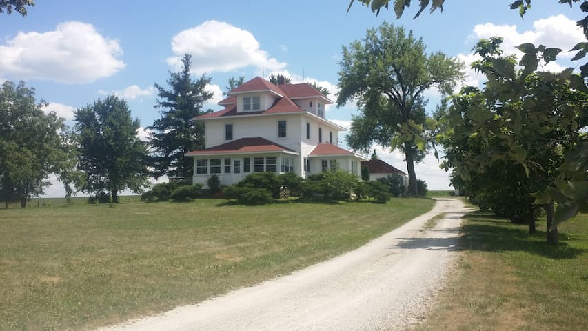 Large Iowa Farmhouse Close to Small Town Vinton