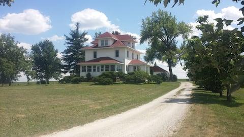 Large Iowa Farmhouse Close to Small Town Vinton