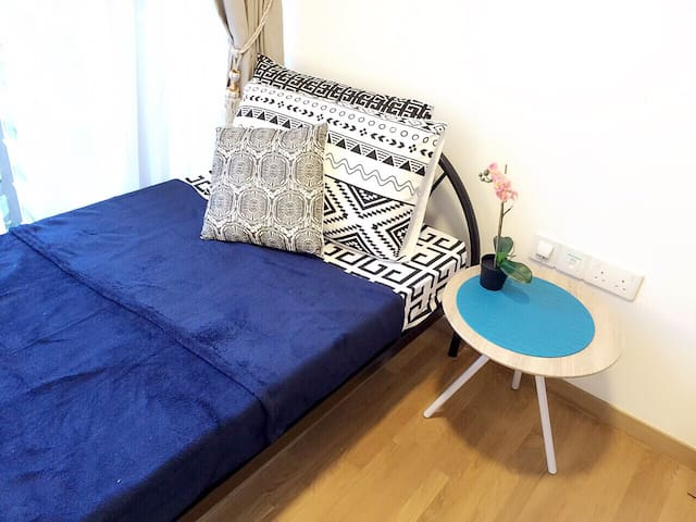 Nice condo common room 5mins walk to metro station