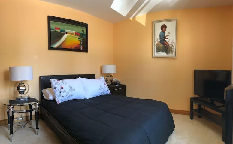 Cozy Bedroom. Private Bathroom/Jacuzzi