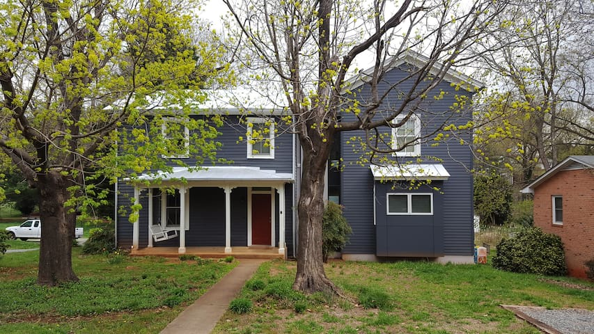 Architecturally-renovated Downtown 4BR farmhouse - Charlottesville - House