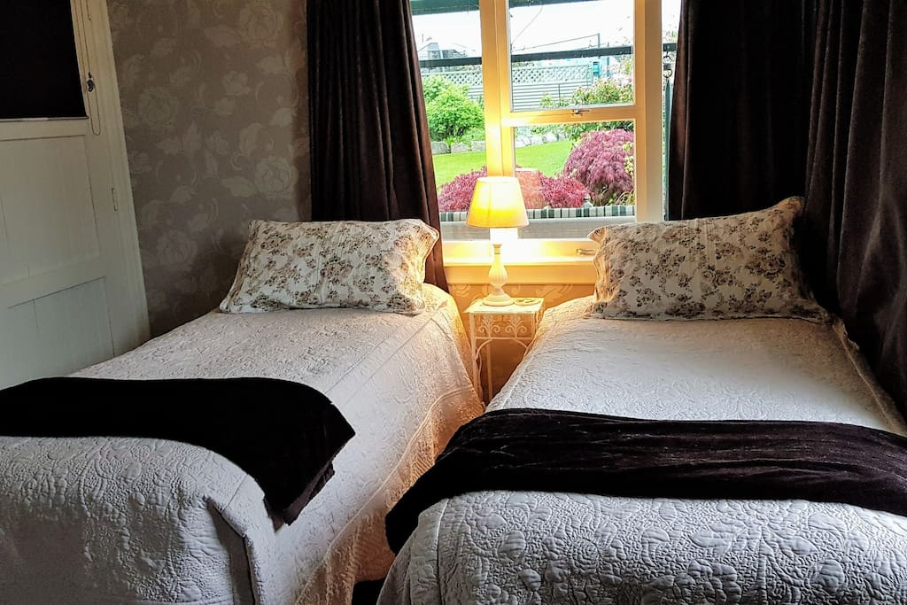 Twin beds can be made into 1 bed