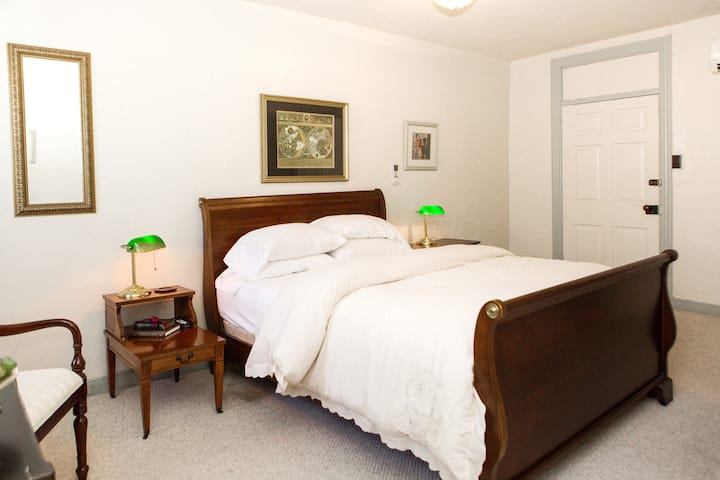 206A - Elizabeth's Room - James Buchanan Hotel