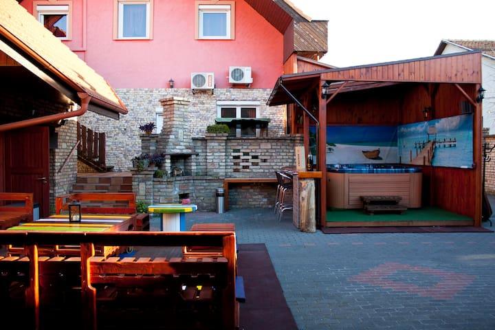 Apartmanház jakuzzival , szaunával ,legénybúcsúra - Gyál - Rumah