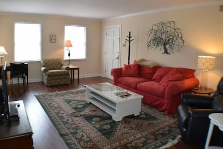 Beautiful, Private, Near Downtown - Clemmons - Apartament