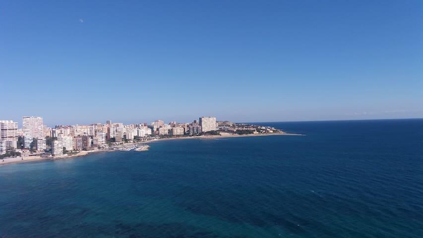la vue sur la gauche de la terrasse.... la mer