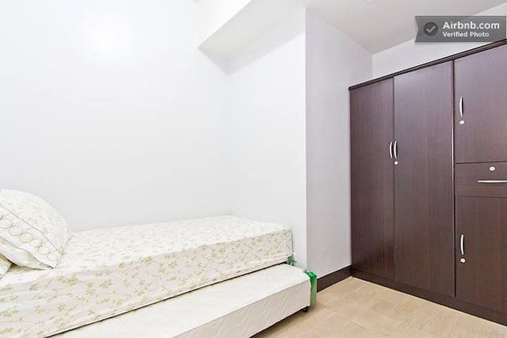 Manhattan Condo Private room near Araneta / Kia