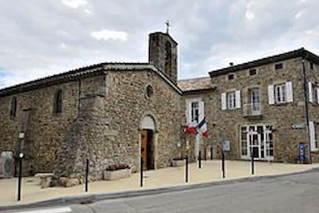 Chambre spacieuse et calme au cœur de l'Ardèche - Saint-Georges-les-Bains - Bed & Breakfast