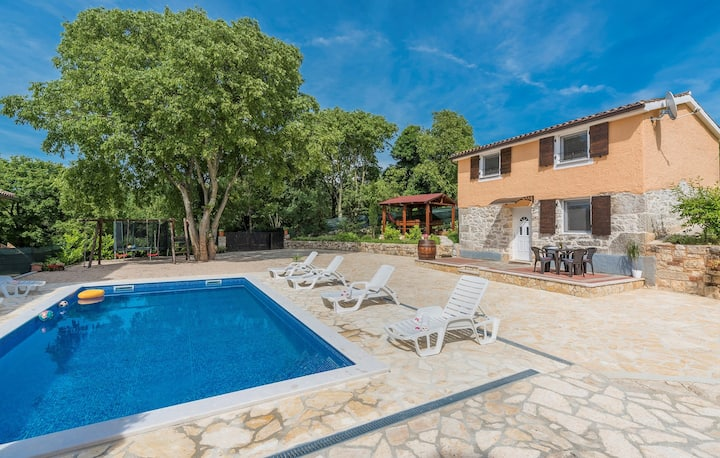 Holiday House Alejna with Shared Pool