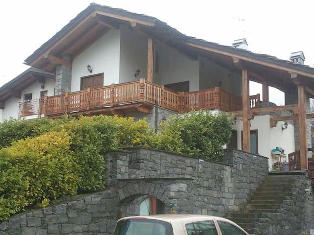 Tipica casa valdostana con giardino