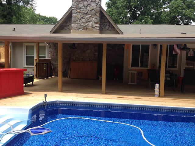 12 Minutes from Downtown- Room with Pool Access - Nashville - Huis