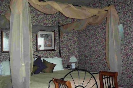 Tara Suite 265 Sq Ft, (King bed and ensuite bath) - Gananoque