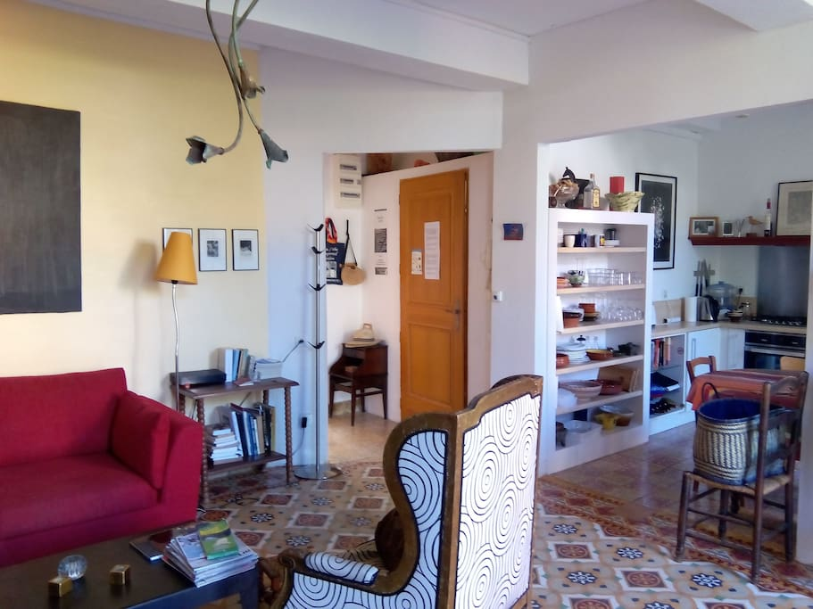 Salon ouvrant sur la cuisine et sur la terrasse par 2 grandes portes fenêtres