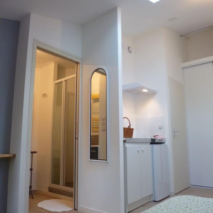 Salle de douche et kitchenette