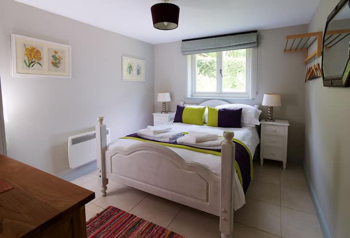 Wessex - 2 bed cottage sleeping up to 6 pet friendly.
