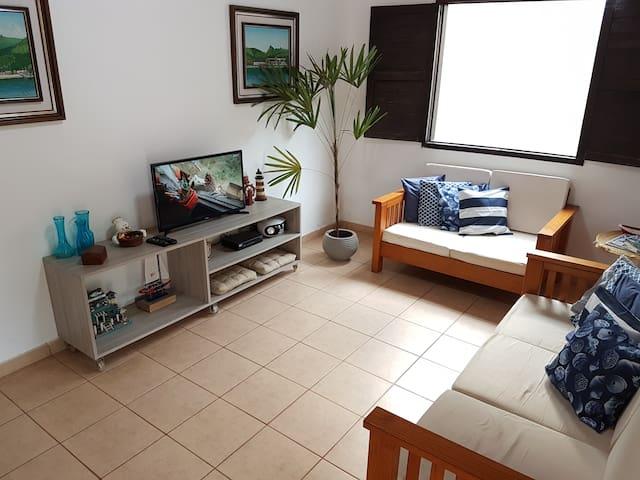 Sala de estar bem iluminada e ventilada