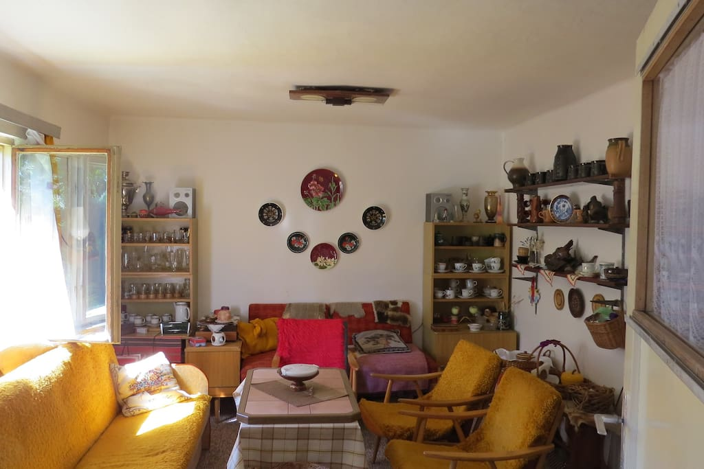 Living room with 'typical' knicknacks.