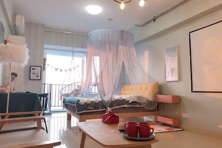【品品窝】华润万象汇3D投影仪看大片•观景落地窗阳台•浪漫床幔 吊篮 • 近海边可做饭