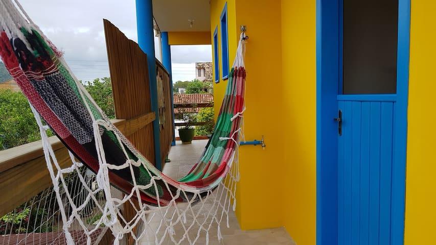 Apto (ar cond. e varanda) 10min Praia do Campeche