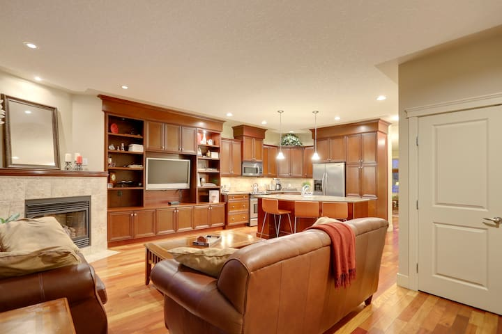 Parkside, central, foodie area, close to downtown!