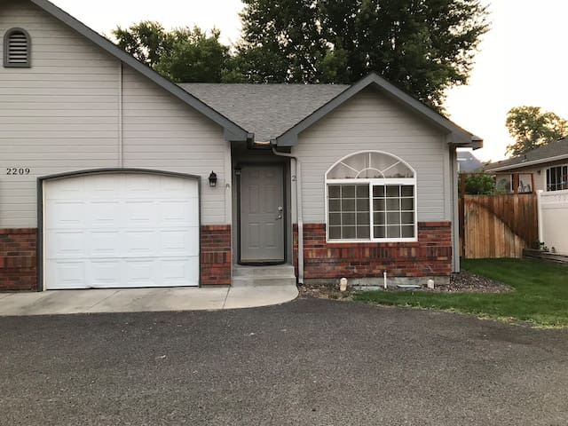 Yakima Vacation Rentals- 3 Bedroom 2 Bath House #2