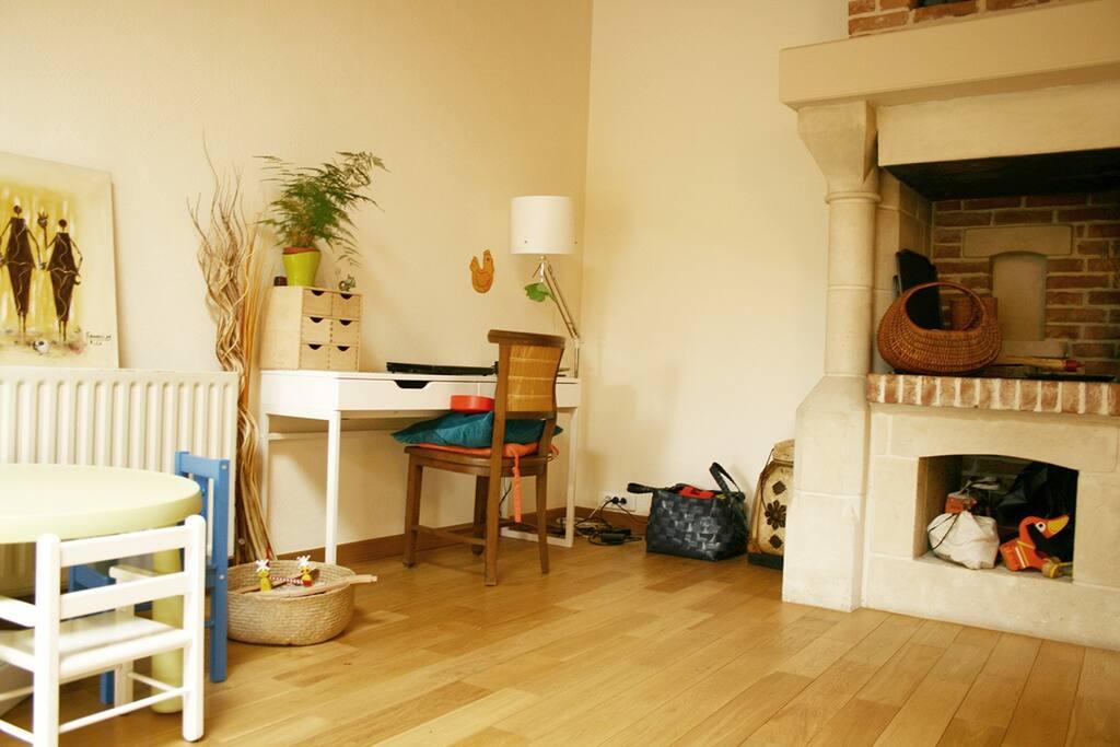 Espace bureau dans le séjour, cheminée hors-service