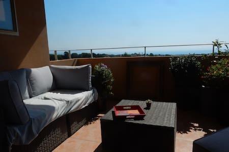 Appart. avec belle terrasse, piscine et vue mer. - Apartment