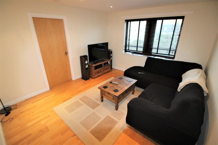 2 bedroom modern apartment with private parking
